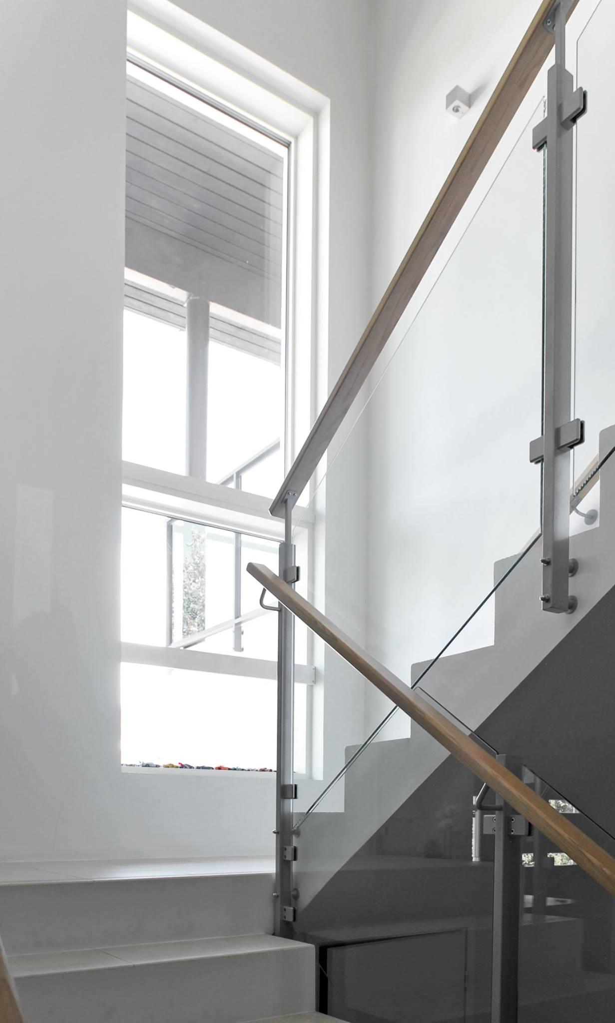 moderni-kivitalo-portaikko-lasikaide